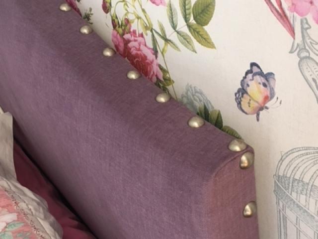 Adrom, formation tapisserie, galerie atelier, tête de lit cloutée