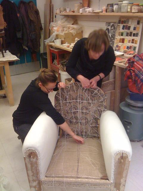 Adrom, formation tapisserie, travail du dossier sur un fauteuil club